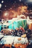 Feestelijke Doos met Denneappels op Houten Achtergrond Getrokken sneeuw Royalty-vrije Stock Foto's