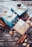 Feestelijke Dozen met Koord, Kaneel, Denneappels, Okkernoten Getrokken sneeuw Royalty-vrije Stock Foto's