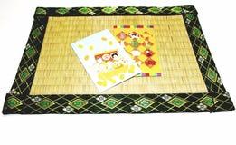 Feestelijke enveloppen op tatamiblad. Stock Afbeeldingen