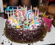 Feestelijke gift voor de dertigste verjaardagscake met kaarsen Stock Afbeelding