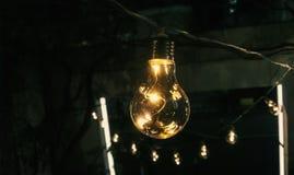 Feestelijke Gloeilamp bij Nacht Stock Foto