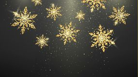 Feestelijke gouden die sneeuwvlokken op donkere achtergrond worden geïsoleerd Van nieuwjaarvooravond en Kerstmis magisch decorati stock fotografie