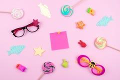 Feestelijke grappige vieringsachtergrond met document vissen, kleverig nota en decor op roze achtergrond Al Dwazen\ 'Dag, humeur, royalty-vrije stock foto's
