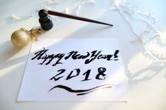 Feestelijke groetkaart met nieuw die jaar met zwarte inkt op papier wordt gemaakt Royalty-vrije Stock Foto