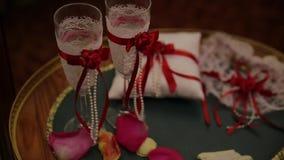 Feestelijke huwelijkslijst die met bloemen, servetten, uitstekend bestek, glazen, de heldere details van het lijstdecor plaatsen  stock footage