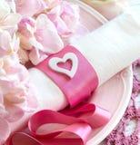 Feestelijke huwelijkslijst die in roze plaatsen Stock Afbeelding