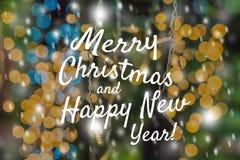 Feestelijke Kaart Vrolijke Kerstmis en het Gelukkige Nieuwjaar vertroebelen de geelgroene Abstracte Foto Boke Desi Vlekken Lichte Royalty-vrije Stock Afbeeldingen