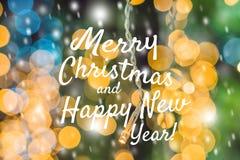 Feestelijke Kaart Vrolijke Kerstmis en het Gelukkige Nieuwjaar vertroebelen de geelgroene Abstracte Foto Boke Desi Vlekken Lichte Stock Fotografie