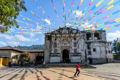 Feestelijke kerk dichtbij Antigua, Guatemala Stock Foto's