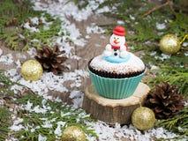 Feestelijke Kerstmis cupcake met sneeuwman Stock Foto's