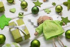 Feestelijke Kerstmisdecoratie in lichtgroene, witte en gouden mede Stock Foto