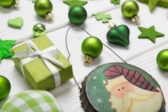 Feestelijke Kerstmisdecoratie in lichtgroene, witte en gouden mede Royalty-vrije Stock Afbeelding
