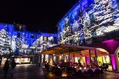 Feestelijke Kerstmisdecoratie op voorgevels van gebouwen in Como, I Royalty-vrije Stock Foto