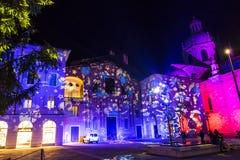 Feestelijke Kerstmisdecoratie op voorgevels van gebouwen in Como, I Stock Foto