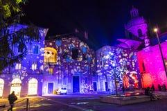 Feestelijke Kerstmisdecoratie op voorgevels van gebouwen in Como, I Stock Fotografie