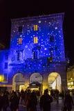 Feestelijke Kerstmisdecoratie op voorgevels van gebouwen in Como, I Stock Foto's