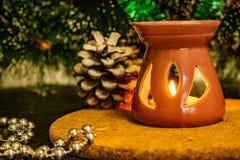 Feestelijke Kerstmissamenstelling met kaarsen, giftdozen en zilveren parels Decoratie voor de vooravond van het nieuwe jaar Op ee stock fotografie