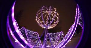 Feestelijke Kerstmisverlichting bij nacht in het park optische effect Cirkelfisheye stock video