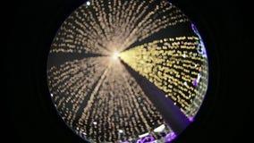 Feestelijke Kerstmisverlichting bij nacht in het park optische effect Cirkelfisheye stock videobeelden