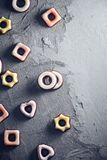 Feestelijke kleurrijke bevroren koekjes als achtergrond Royalty-vrije Stock Fotografie