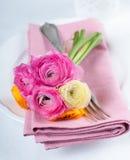 Feestelijke lijst die met bloemen plaatsen Stock Foto's