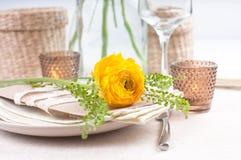 Feestelijke lijst die met bloemen plaatst Stock Fotografie