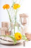Feestelijke lijst die met bloemen plaatst Stock Foto