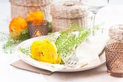 Feestelijke lijst die met bloemen plaatst Royalty-vrije Stock Foto