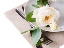 Feestelijke lijst die met bloemendecoratie plaatsen Stock Foto's