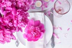 Feestelijke lijst die met roze pioenen plaatsen Royalty-vrije Stock Fotografie