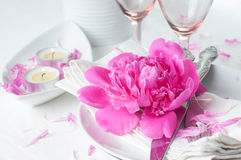Feestelijke lijst die met roze pioenen plaatsen Royalty-vrije Stock Foto