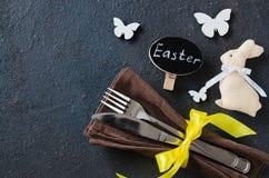 Feestelijke lijst die voor het diner van vakantiepasen op donkere lijst plaatsen stock fotografie