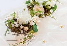 Feestelijke lijstdecoratie in romig wit aan 50ste huwelijk -huwelijk-anniver royalty-vrije stock foto
