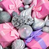 Feestelijke mand met giften en speelgoed voor de dozendecoratie van Kerstmis Decoratieve punten voor de vakantie royalty-vrije stock foto