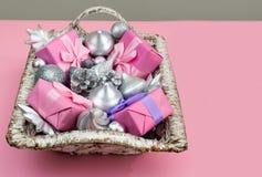 Feestelijke mand met giften en speelgoed voor de dozendecoratie van Kerstmis Decoratieve punten voor de vakantie royalty-vrije stock foto's