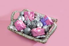 Feestelijke mand met giften en speelgoed voor de dozendecoratie van Kerstmis Decoratieve punten voor de vakantie stock foto