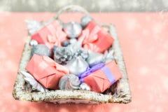 Feestelijke mand met giften en speelgoed voor de dozendecoratie van Kerstmis Decoratieve punten voor de vakantie royalty-vrije stock afbeeldingen