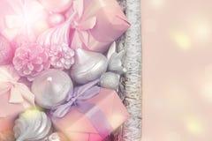 Feestelijke mand met giften en speelgoed voor de dozendecoratie van Kerstmis Decoratieve punten voor de vakantie stock afbeeldingen