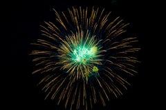Feestelijke multicolored begroeting op de achtergrond de donkere nachthemel Royalty-vrije Stock Afbeeldingen