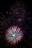 Feestelijke multicolored begroeting op de achtergrond de donkere nachthemel Royalty-vrije Stock Afbeelding