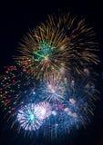 Feestelijke multicolored begroeting op de achtergrond de donkere nachthemel Royalty-vrije Stock Foto