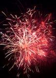 Feestelijke multicolored begroeting op de achtergrond de donkere nachthemel Royalty-vrije Stock Fotografie