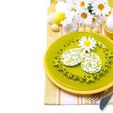 Feestelijke Pasen-lijst die met decoratie, bloemen plaatsen Stock Afbeelding