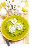Feestelijke Pasen-lijst die met decoratieve ornamenten, hoogste mening plaatsen Stock Afbeelding