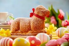 Feestelijke Pasen-lijst met een cake van het nieuwigheidslam stock foto's