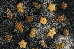 Feestelijke peperkoekkoekjes stock afbeeldingen