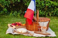 Feestelijke picknick voor de nationale feestdag van Frankrijk 14 Juli met Franse vlag Stock Afbeeldingen