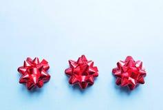 Feestelijke rode bogen, inpakkende groep, christmasn groetkaart stock afbeeldingen