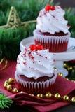Feestelijke rode fluweel cupcakes Kerstmis Royalty-vrije Stock Afbeeldingen