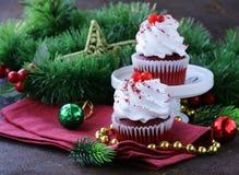 Feestelijke rode fluweel cupcakes Kerstmis Stock Afbeelding